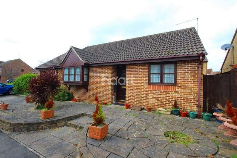 2 Bedrooms Bungalow for sale in Cumberland Close, Barkingside