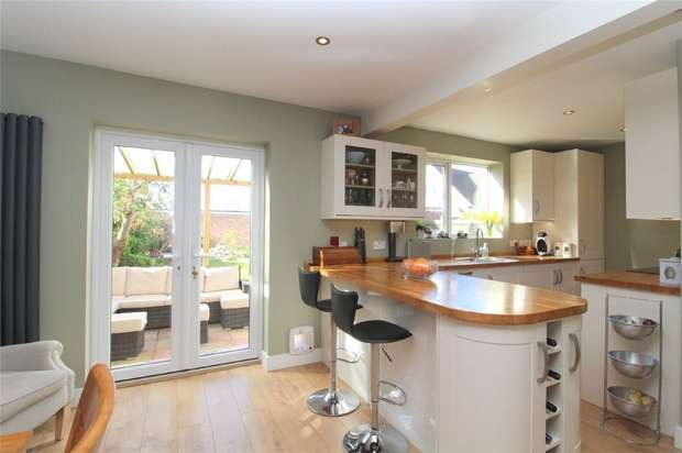 4 Bedrooms Detached House for sale in Wrens Avenue, ASHFORD, Surrey