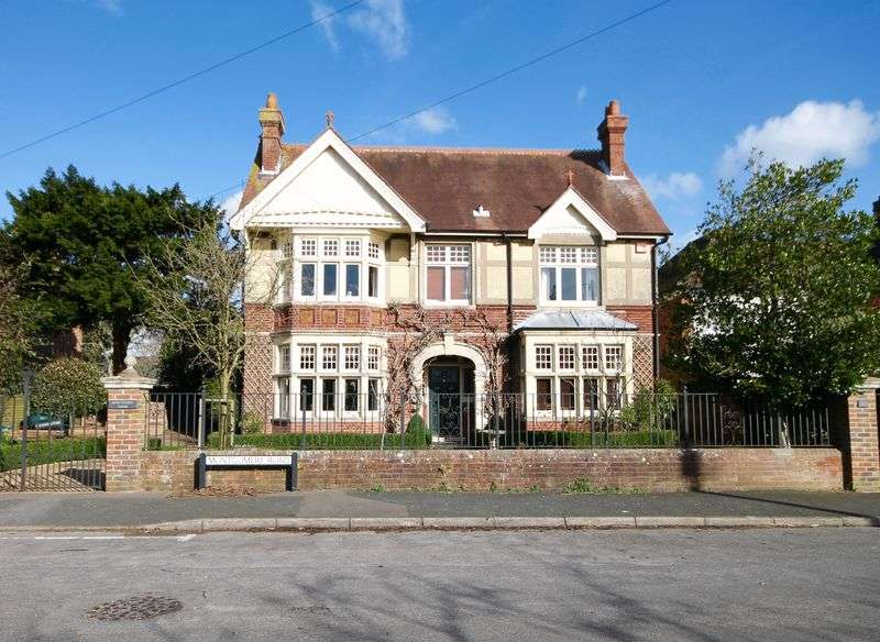 6 Bedrooms Detached House for sale in Montgomery Road, Havant