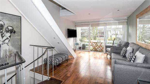 2 Bedrooms Terraced House for sale in Manygate Lane, Shepperton, Surrey