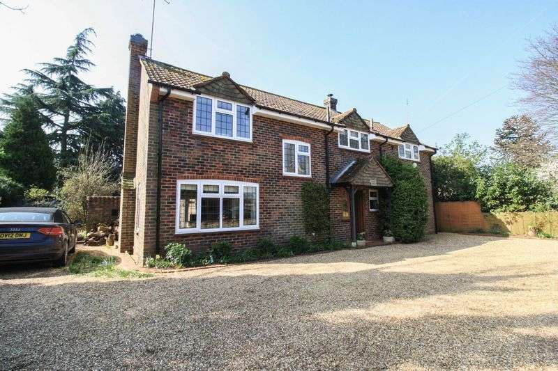 4 Bedrooms Detached House for sale in New Road, Hurley