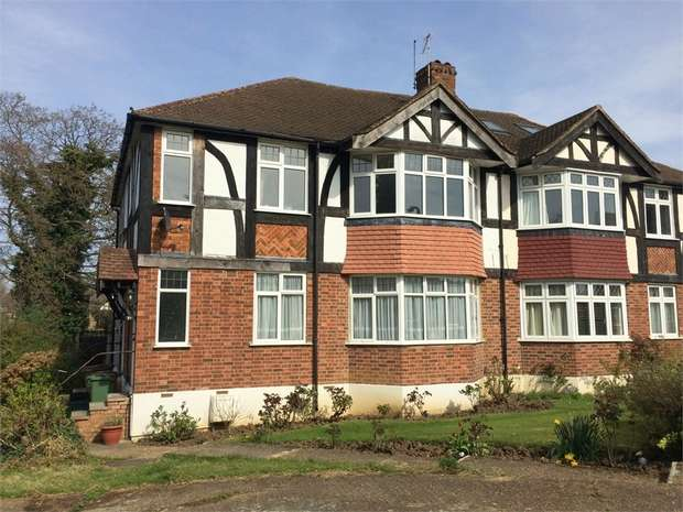 2 Bedrooms Maisonette Flat for sale in The Spinney, Cheam