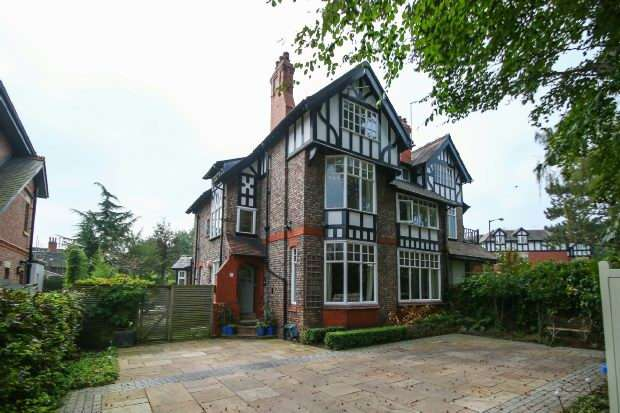 6 Bedrooms Semi Detached House for sale in Park Road, Hale