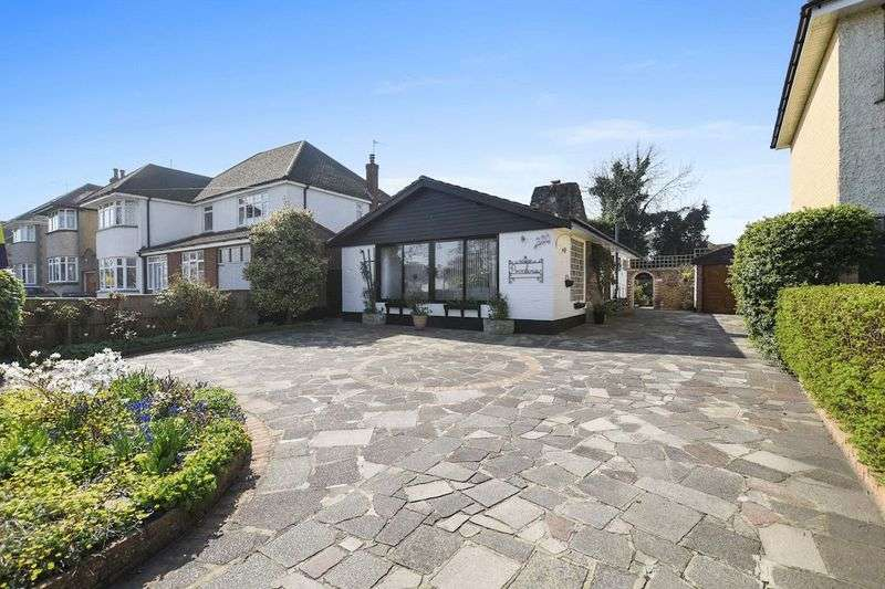 3 Bedrooms Detached Bungalow for sale in Highlands Boulevard, Leigh-On-Sea