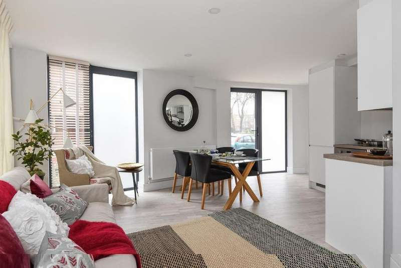 3 Bedrooms Maisonette Flat for sale in Thessaly Road, Stockwell, SW8