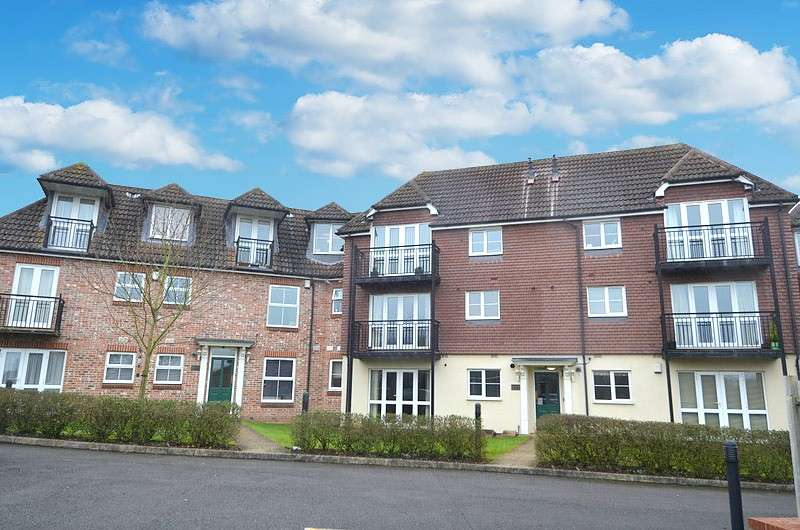 2 Bedrooms Flat for sale in Juniper Court, Juniper Lane, Flackwell Heath, HP10