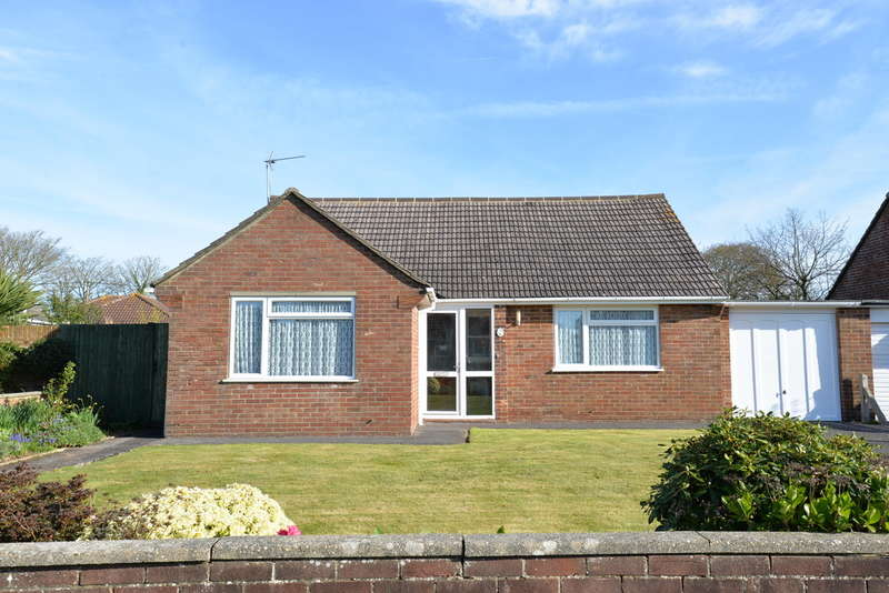 3 Bedrooms Chalet House for sale in East Close, Barton on Sea