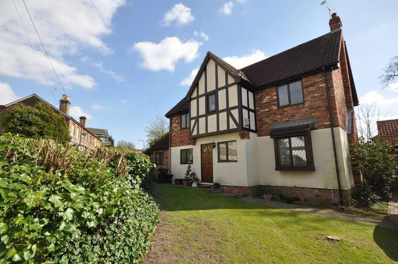 4 Bedrooms Detached House for sale in Redwoods Close, Buckhurst Hill