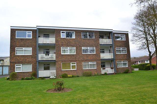 2 Bedrooms Flat for sale in Chatsmore House, Goring Street, Goring by Sea, West Sussex, BN12 5AH