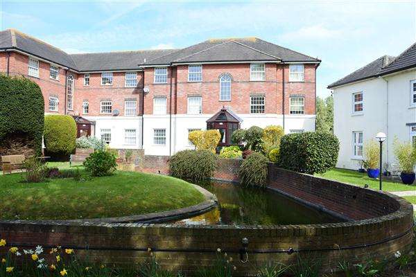 2 Bedrooms Apartment Flat for sale in Newbury Gardens, Gillingham