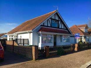 4 Bedrooms Bungalow for sale in Waverley Road, Bognor Regis, West Sussex