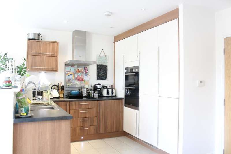 2 Bedrooms Flat for sale in Cedar Drive, Seacroft, Leeds, LS14
