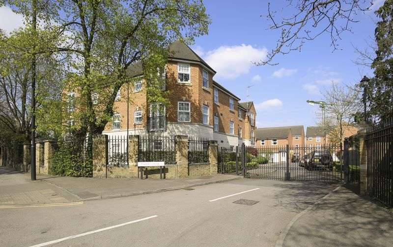 2 Bedrooms Flat for sale in Enders Close, Enfield