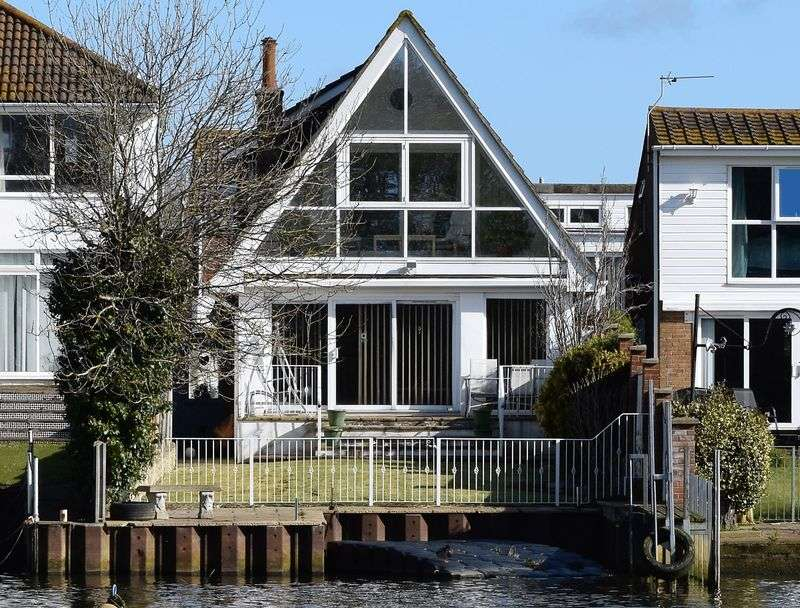 4 Bedrooms Detached House for sale in Close to Town Centre