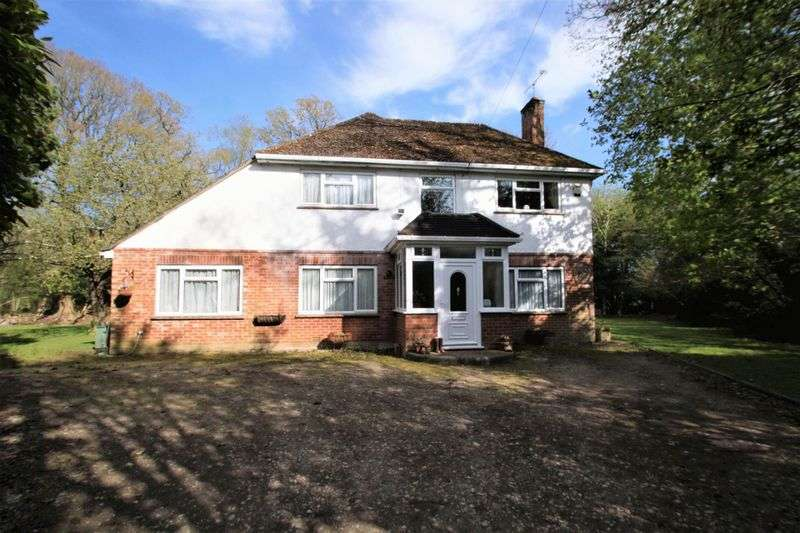 3 Bedrooms Detached House for sale in Oakland Walk, Ferndown