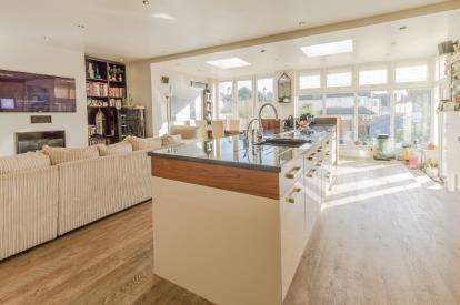 5 Bedrooms Semi Detached House for sale in Leigh-On-Sea, Essex, United Kingdom