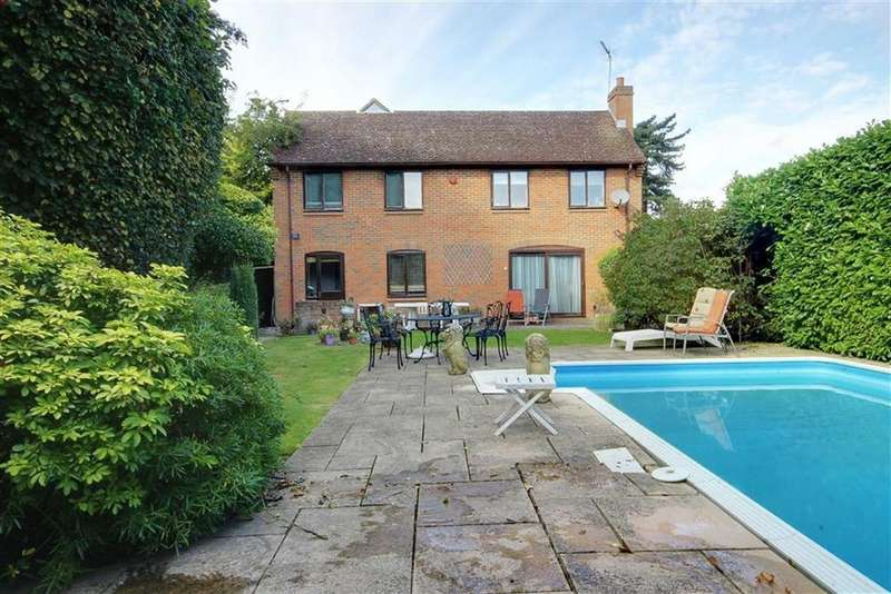 4 Bedrooms Detached House for sale in Osborne Gardens, Little Heath, Hertfordshire
