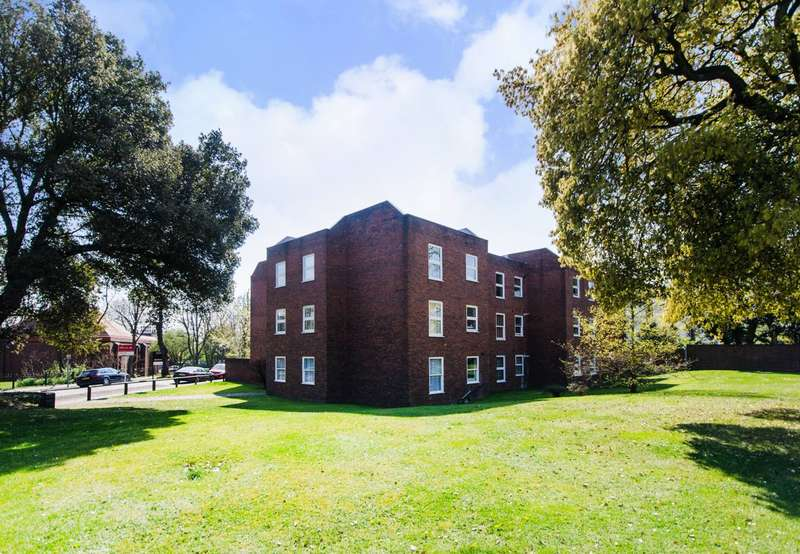 2 Bedrooms Flat for sale in Lee Park, Blackheath, SE3
