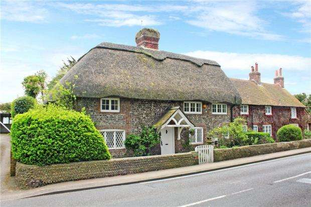 3 Bedrooms Semi Detached House for sale in Station Road, Angmering, West Sussex, BN16