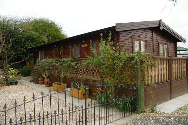 2 Bedrooms Bungalow for sale in Skegness Road, Burgh Le Marsh, PE24