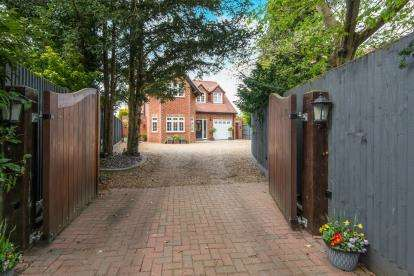 4 Bedrooms Detached House for sale in Brundall, Norwich, Norfolk