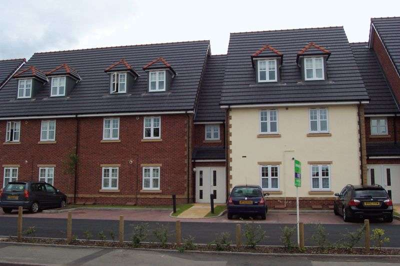 2 Bedrooms Flat for sale in Greenside Court, Coppice Road, Walsall Wood.