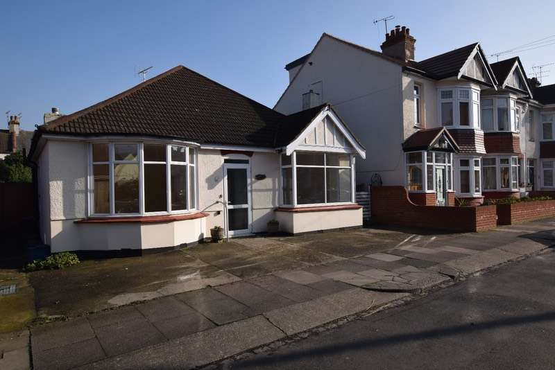 3 Bedrooms Bungalow for sale in Cliffsea Grove, Leigh-on-Sea, Essex, SS9
