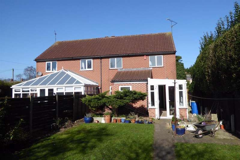 3 Bedrooms Semi Detached House for sale in Strawberry Hall Lane, Newark