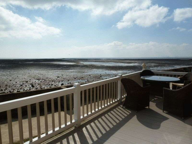 3 Bedrooms Flat for sale in Church Lane, Coopers Beach, East Mersea