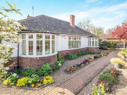 4 Bedrooms Bungalow for sale in Glover Avenue, Wollaton, Nottingham, Nottinghamshire