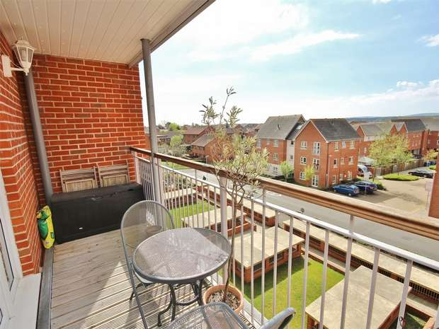 2 Bedrooms Flat for sale in 2 Avenel Way, Poole Quarter, POOLE, Dorset