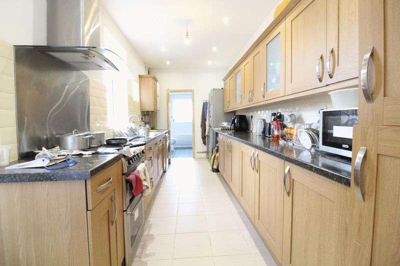 3 Bedrooms Terraced House for sale in Spacious three bedroom in Biscot