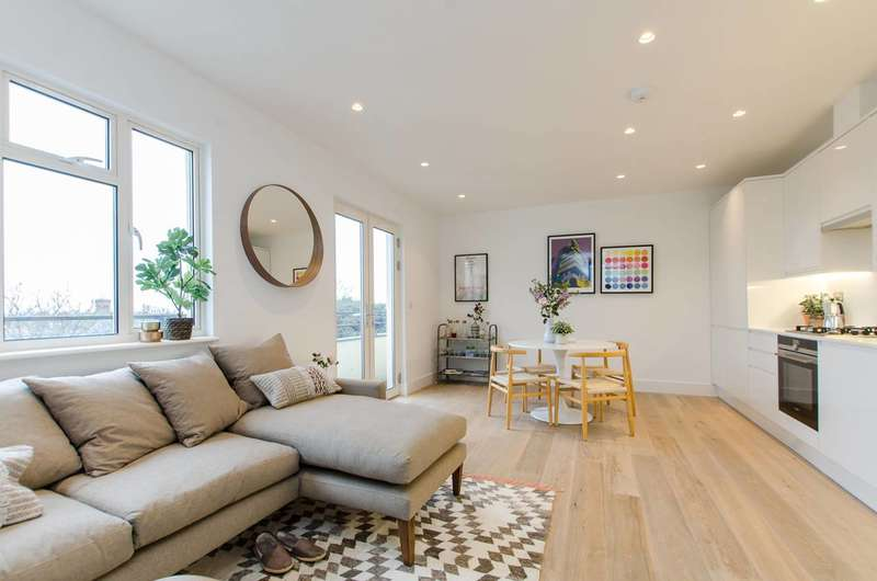 2 Bedrooms Flat for sale in Thurleigh Court, Clapham South, SW12