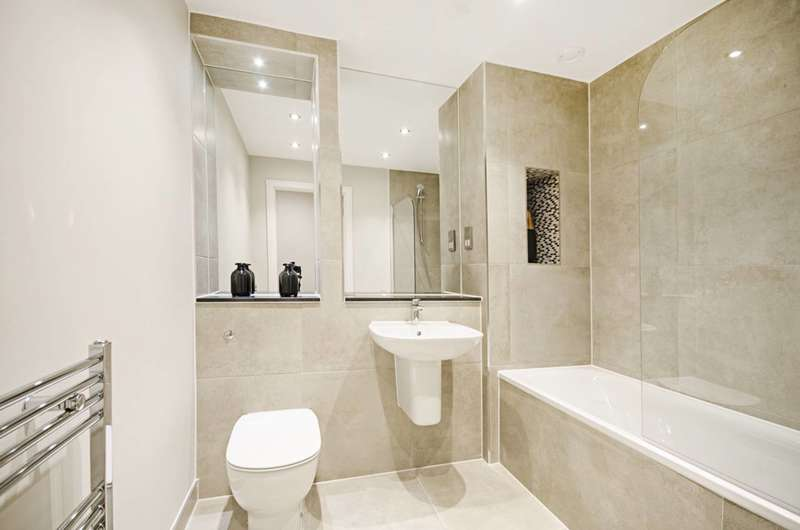 2 Bedrooms Flat for sale in Gateway House, Finchley Central, N3