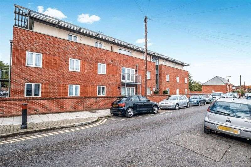 2 Bedrooms Flat for sale in King George Crescent, Wembley