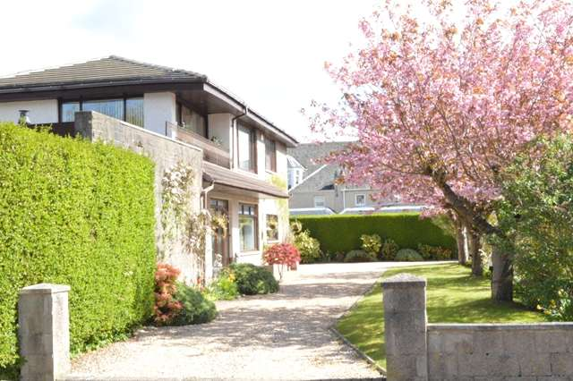 5 Bedrooms Detached House for sale in Landsdowne Gardens, Barncluith, Hamilton, ML3 7DH