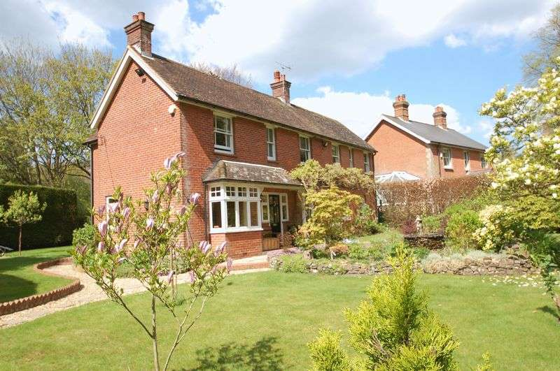 5 Bedrooms Detached House for sale in Petersfield Road, Greatham, Liss