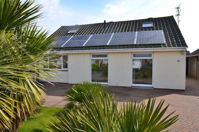 4 Bedrooms Chalet House for sale in Elverlands Close, Ferring, West Sussex, BN12 5PL