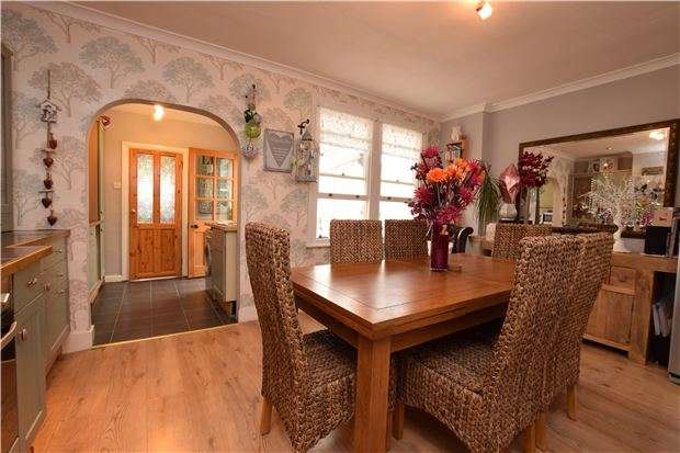 3 Bedrooms Semi Detached House for sale in Windborough Road, CARSHALTON, Surrey, SM5 4QL