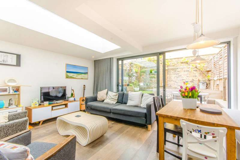 2 Bedrooms Flat for sale in Mackenzie Road, Islington, N7