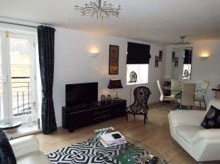 2 Bedrooms Flat for sale in Kings Mews, Crow Lane, Rochester, Kent