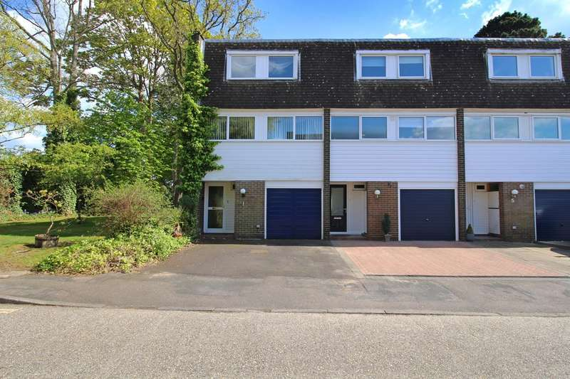 3 Bedrooms Town House for sale in Hawthorn Close, Horsham