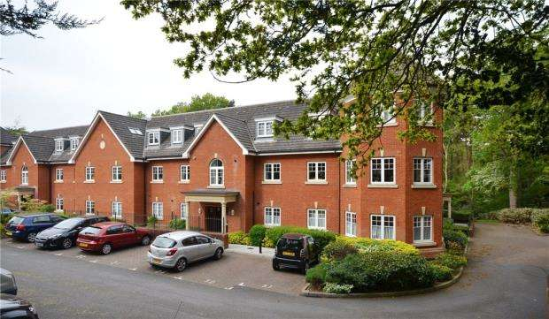 2 Bedrooms Apartment Flat for sale in Grace Gardens, Crookham Road, Fleet