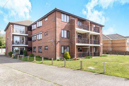 3 Bedrooms Flat for sale in 93 Southwood Road, Hayling Island, Hampshire
