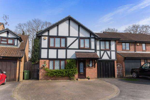 5 Bedrooms Detached House for sale in Bagshot, Surrey