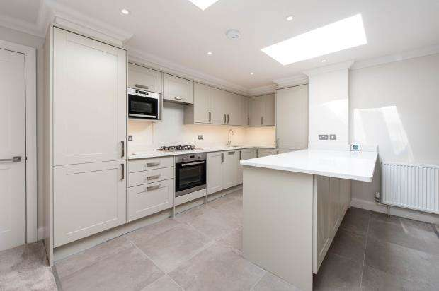 2 Bedrooms Flat for sale in Worcester Park