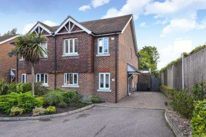 3 Bedrooms Semi Detached House for sale in Bridgelands Close, Beckenham