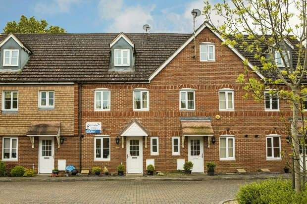 3 Bedrooms Terraced House for sale in Poperinghe Way Arborfield Reading