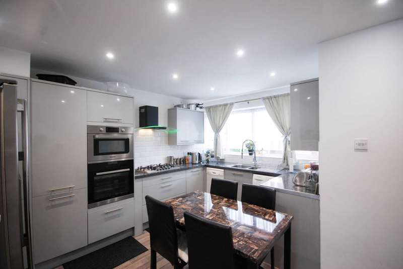 3 Bedrooms Maisonette Flat for sale in Russell Court, 1 Kings Close, Leyton