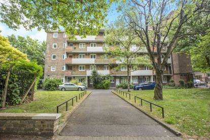 3 Bedrooms Flat for sale in Sewardstone Road, London